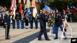 Predsednik Barak Obama polaže venac na Grob neznanog junaka tokom ceremonije povodom Dana veterana, 11. novembar 2016.