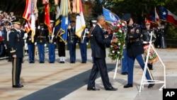 El presidente Barack Obama colocó una ofrenda floral en la Tumba del Soldado Desconocido en el Cementerio Nacional de Arlington, Virginia, el viernes, 11 de noviembre, de 2016, al conmemorarse el Día de los Veteranos.