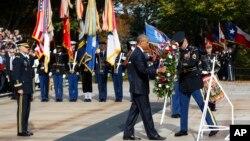 Tổng thống Barack Obama đặt vòng hoa tại Mộ Chiến sĩ Vô danh trong Ngày Cựu chiến binh 11 tháng 11, 2016, tạNghĩa trang Quốc gia Arlington, ở Arlington, bang Virginia.