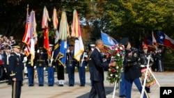 Prezidan Barack Obama nan Simityè Nasyonal la nan vil Arlington, Eta Vijini, nan okazyon jou Veteran yo.