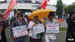 俄羅斯左翼勢力2012年6月在莫斯科集會支持哈薩克扎納奧津石油工人抗議活動,參加者中包括被捕和被打死的石油工人家屬。