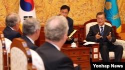 지난 21일 문재인 한국 대통령(오른쪽)이 청와대에서 미국 상원 외교위원회 동아태소위 에드워드 마키 단장 등 대표단을 만나 얘기를 나누고 있다.