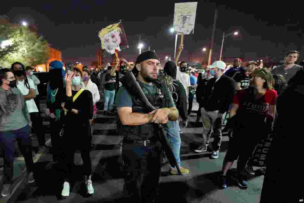 Balandi ba président Donald Trump basangani libanda ya bureau ya comté ya Maricopa, na Phoenix, 4 novembre 2020.(AP Photo/Matt York)