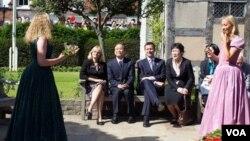 PM Wen Jiabao (tengah) didampingi Menteri Kebudayaan Inggris, Jeremy Hunt dalam kunjungan ke pusat Shakespeare di Stratford-upon-Avon (26/6).