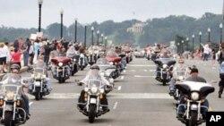 摩托車手們穿過國家首都﹐呼吁公眾關注在戰鬥中失蹤的軍人