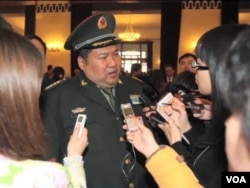 毛新宇面对记者们(視頻截圖)