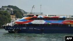 Phà Sea Smooth bị hư hỏng neo đậu tại bến tàu đảo Lamma sau vụ va chạm với tàu Lamma IV, 2/10/2012.