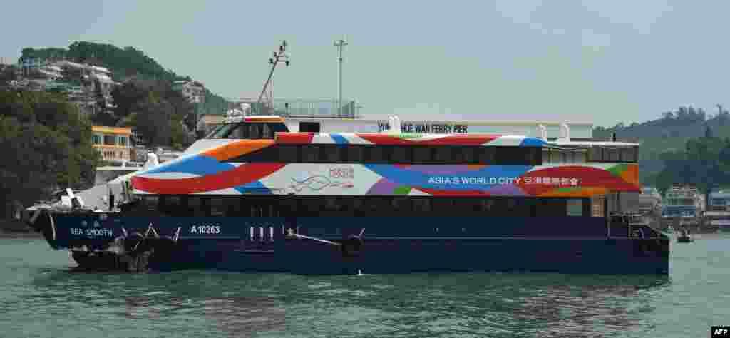El ferry Sea Smooth con su proa dañada permanece en un muelle en la isla Lamma, luego de la colisión con otro bote, en Hong Kong, el 2 de octubre de 2012.