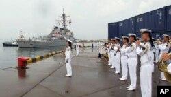 Khu trục hạm mang hỏa tiễn điều hướng USS Benfold của Mỹ cập cảng Thanh Đảo, tỉnh Sơn Đông, Trung Quốc, 8/8/2016.