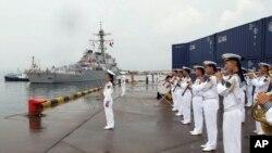 中国海军军乐队欢迎美国海军本福德号导弹驱逐舰抵达青岛。(2016年8月8日)