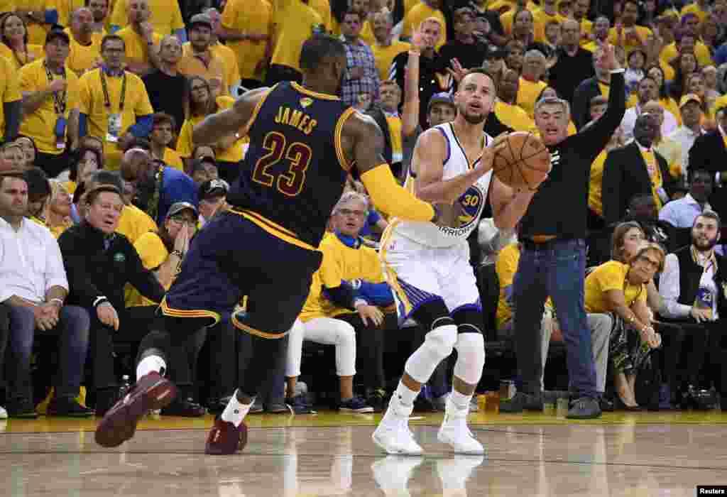 Hotunan wasanin karshe na NBA tsakanin Golden State Warriors da Cleveland Cavaliers, Stephen Curry tare da Lebron James, ranar Alhamis 1 ga watan Yuni, shekarar 2017.