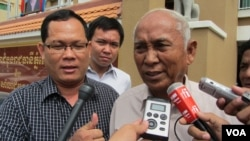Chhum Mey talking to reporters outside the court Monday On June 24, 2013.