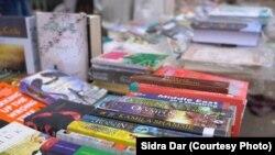 فٹ پاتھ پر سجی ہوئی پرانی کتابیں علم دوست افراد کی منتظر ہیں۔
