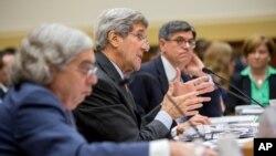 Ngoại trưởng John Kerry (giữa), Bộ trưởng Tài chính Jacob Lew (phải) và Bộ trưởng Năng lượng Ernest Moniz, điều trần tại Tòa nhà Quốc hội, Washington, hôm thứ Ba 28/7/2015.