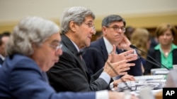 ລັດຖະມົນຕີຕ່າງປະເທດ ສະຫະລັດ ທ່ານ John Kerry (ກາງ) ຕິດຕາມໂດຍ ລັດຖະມົນຕີການເງິນ ທ່ານ Jacob Lew (ຂວາ) ແລະ ລັດຖະມົນຕີພະລັງງານ ທ່ານ Ernest Moniz.