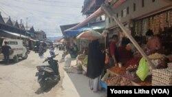 Pasar tradisional Masomba di Kota Palu tampak lengang, Selasa, 24 Maret 2020. Para pedagang mengakui pendapatan mereka turun hingga 70 persen karena pembeli berkurang. (Foto: Yoanes Litha/VOA)