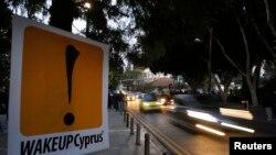 Un rótulo de protesta contra el rescate por parte de la UE en Nicosia, la capital de Chipre.
