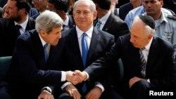 중동을 방문 중인 존 케리 미국 국무장관이 8일 시몬 페레스 이스라엘 대통령(오른쪽)과 악수하고 있다. 두 정상 가운데 베냐민 네타냐후 총리가 앉아있다.
