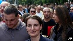 Serbiyanın baş naziri Ana Brnabiç (mərkəzdə) Belqradda keçirilən gey paradda iştirak edən zaman. 17 sentyabr, 2017