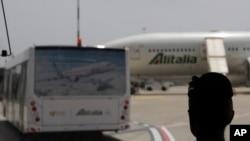 Seorang pramugari Alitalia duduk di sebuah bus di bandara Fiumicino International, Jumat, 12 Mei 2017. Pengendali lalu lintas udara Italia dan beberapa staf Alitalia berencana melakukan aksi mogok selama beberapa jam pada hari Minggu, 28 Mei 2017, sehari setelah berakhirnya KTT G7 di Taormina, Sisilia. (AP Photo / Gregorio Borgia)