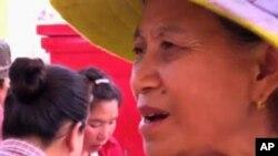 Bà Ouy Kham một dân làng bị dời cư nói ở làng cũ chúng tôi có lợi tức nhưng đến làng này, chúng tôi chỉ tiêu tiền, chúng tôi không biết bán cái gì để sống