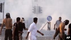 图为巴林防暴警察9月16日发射催泪弹,控制紧张局势