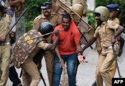 ایک احتجاجی کارکن پر پولیس کا تشدد۔ 17 اکتوبر 2018