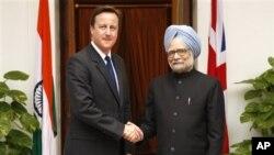 PM India Manmohan Singh saat menerima kunjungan PM David Cameron ke New Delhi (foto: dok). Inggris berencana menghentikan bantuan finansial bagi India tahun 2015.