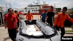 6일 인도네시아 구조팀이 쿰마이 항구에서 추락 여객기 탑승자 수색을 위해 고무보트를 들고 이동하고 있다.