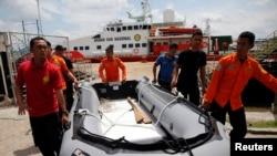 Wilayah Pencarian Pesawat dan Korban AirAsia Diperluas