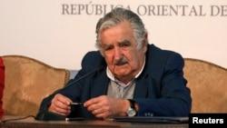 El presidente José Mujica dio la bienvenida en el aeropuerto de Montevideo a los 42 refugiados que escaparon de la guerra civil en su país.