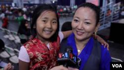 拜尔奥卡带六岁女儿参加庆祝活动 (美国之音赵江拍摄 )