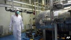 Nhân viên Iran tại cơ sở chuyển đổi uranium bên ngoài thành phố Isfahan.