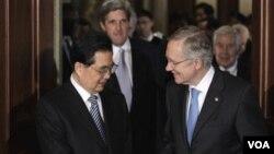 Presiden Tiongkok Hu Jintao berbincang dengan Ketua Mayoritas Senat AS, Senator Harry Reid di Gedung Kongres AS, Kamis 20 Januari 2011.