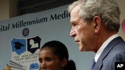 Tsohon shugaban kasar Amurka George W. Bush ya na tsaye a kusa da wata mata mai dauke da kwayar HIV mai haddasa cutar AIDS ko SIDA a asibitin kwalejin koyarwa na Saint Paul Millenium a birnin Addis Ababa, kasar Ethiopia