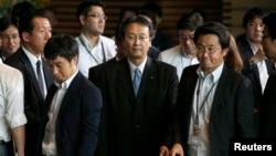 日本首相安倍晉三星期三下午正式宣佈他的第二屆內閣成員後。新防衛大臣兼安全保障法制大臣江渡聰德(中)9月3日離開安倍官邸。