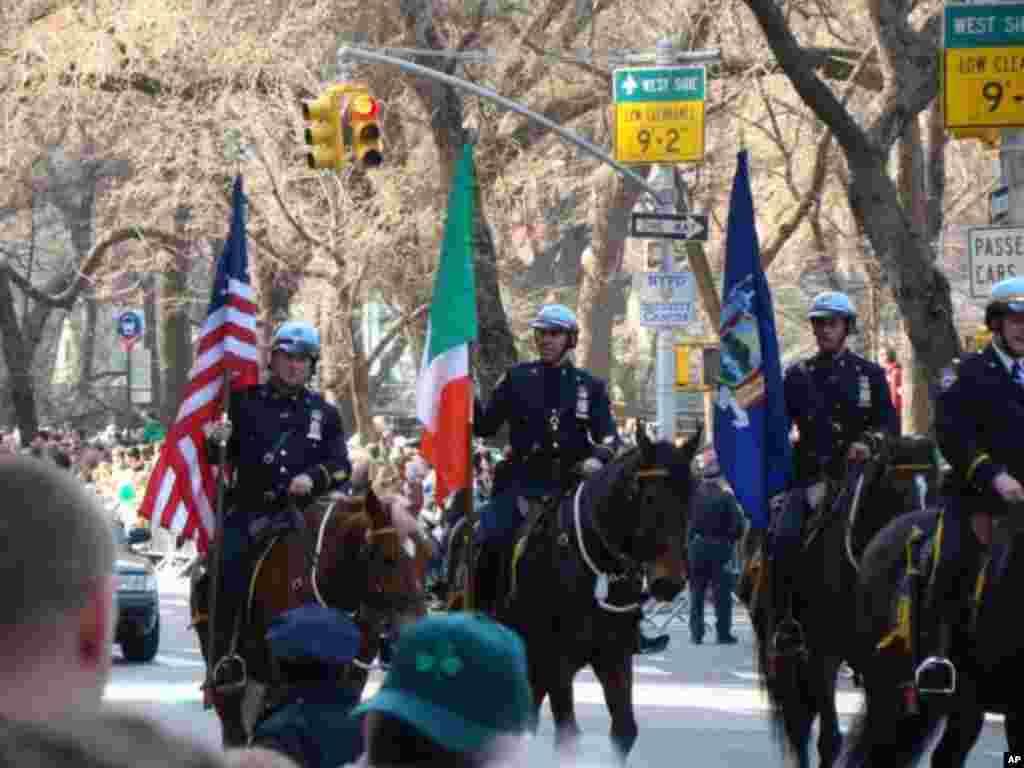 騎馬的警察持美國和愛爾蘭國旗開道