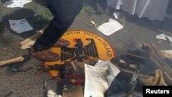 En una imagen tomada de video, un manifestante salta sobre el emblema de la embajada de Alemania en Jartum, capital de Sudán.