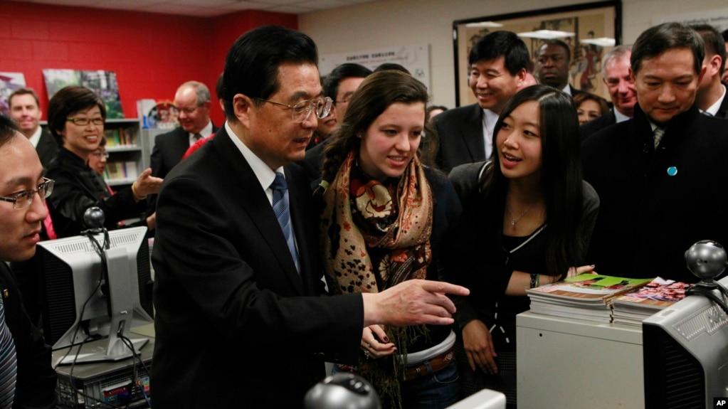 2011年1月21日,中國國家主席胡錦濤訪問芝加哥沃爾特佩頓學院預備中學的孔子學院。