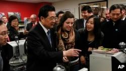 中國前國家主席胡錦濤2011年1月21日參觀芝加哥沃爾特佩頓學院預科高中的孔子學院。