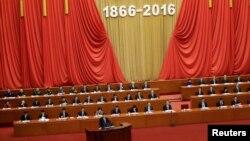 11일 중국 지도급 인사들이 대거 참가한 가운데 베이징 인민대회당에서 열린 쑨원 탄생 150주년 기념식. 시진핑(아래쪽) 국가주석이 연설중이다.