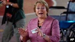 Michelle Bachelet votó esta mañana temprano en Santiago de Chile.