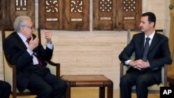 Presiden Suriah Bashar al-Assad bertemu dengan Deputi Liga Arab-PBB untuk Suriah, Lakhdar Brahimi di Damaskus (24/12). (AP/Sana)