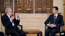 24일 시리아 다마스쿠스에서 회담 중인 라크다르 브라히미 유엔·아랍연맹 특사(왼쪽)과 바샤르 알 아사드 시리아 대통령.