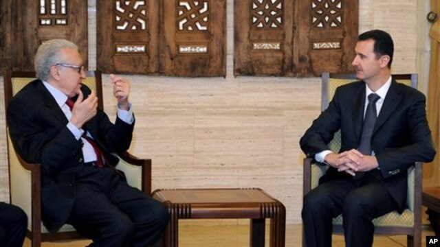 Utusan perdamaian PBB, Lakhdar Brahimi (kiri) saat bertemu dengan Presiden Suriah Bashar al-Assad, 24 Desember lalu (Foto: dok). Brahimi direncanakan akan berkunjung ke Rusia, Sabtu mendatang sebagai tindak lanjut upaya penyelesaiakan krisis di Suriah yang berkepanjangan.