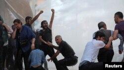 Kurdên li Amedê ku destdanîna ser bajarvanîyên xwe protesto dikin (Arşîv)