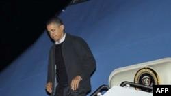 Prezident Barak Obama Vaşinqton yaxınlığında Andrüs Hərbi Hava qüvvələrinin bazasında prezident təyyarəsindən enir. 4 dekabr 2010