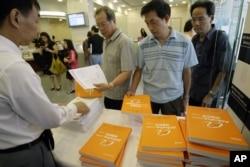 在香港一家银行,有人发放阿里巴巴的招股说明书