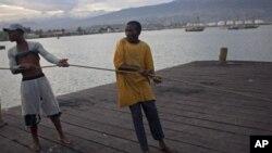Nelayan di Port Cite Soleil, Port-au-Prince, Haiti, bersiap hadapi badai tropis Isaac. (Foto: AP/Dieu Nalio Chery)