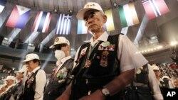 Cựu chiến binh Nam Triều Tiên mặc niệm trong buổi lễ kỷ niệm 65 năm ngày bùng nổ Chiến tranh Triều Tiên hôm 25/6/2015.